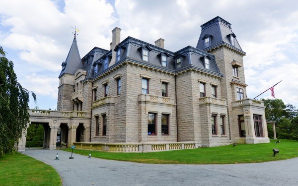 Chateau-sur-Mer-first-of-the-Gilded-Age-Mansions-on-Bellevue-Avenue-in-Newport-Rhode-Island-©-Demerzel21-Dreamstime-50460959-e1428695262526