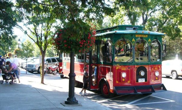 3-downtown-cooperstown-trolley